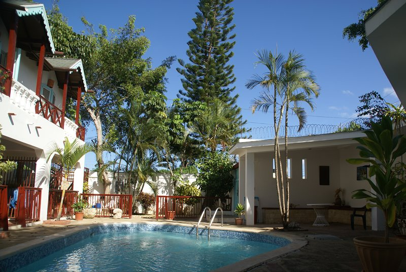 Beautiful colonial style residence with 6 units ( 4 townhouses and 2 studios ), alquiler de vacaciones en Juan Dolio