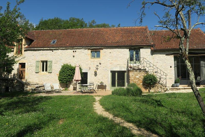 Charmante ancienne maison dans un cadre rural exceptionnel avec piscine privée., vacation rental in Calvignac