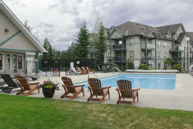 Radium Hot Springs Condo w/ Mtn Views from Patio!, location de vacances à Radium Hot Springs