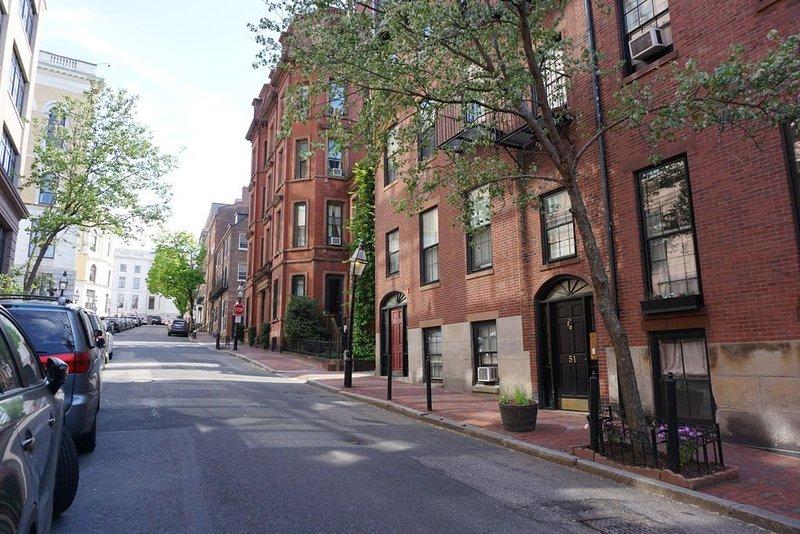 Hancock Street y edificio de entrada en primavera