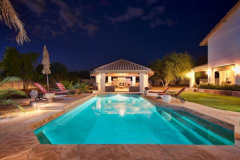 Détendez-vous et profitez de votre oasis privée avec piscine chauffée et bain à remous.
