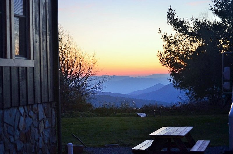 Breathtaking VIEWS off the Blue Ridge Parkway, Large King Suite in Small B&B, holiday rental in Linville Falls