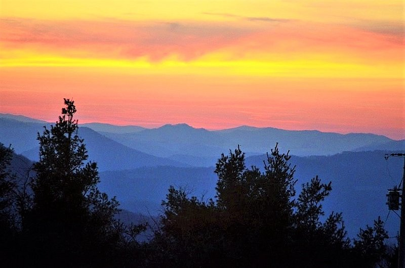 Panoramic Mountain Views, 3-Room/2-Bedroom Suite in small B&B, Blue Ridge Mnts, holiday rental in Linville Falls