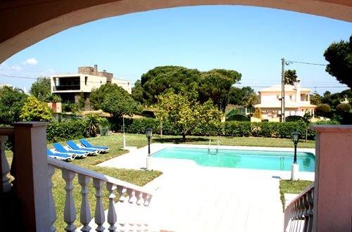 La nostra grande terrazza barbecue con vista sulla piscina e sul giardino, con posti a sedere coperti