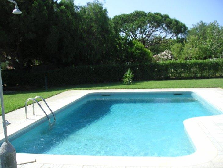 La nostra bella piscina blu! Affacciato da grandi alberi e siepi, offre privacy e ombra