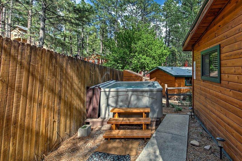 Le 2BR, 2-bain vacances cabine de location dispose d'un bain à remous extérieur privé.