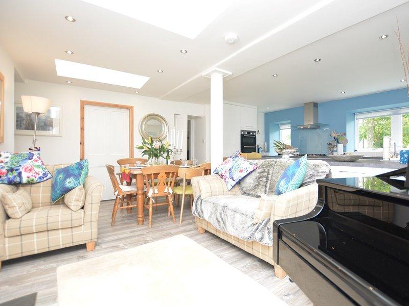 Elegante de plano aberto sala de estar / cozinha / jantar com piano e gravador de madeira