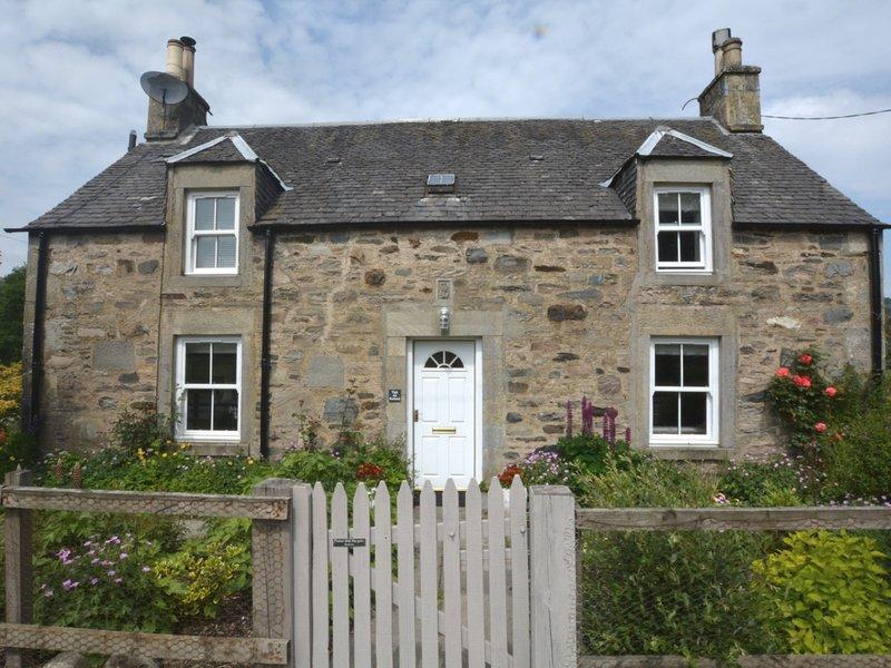 Vistas para esta propriedade de pedra linda com bonito jardim da casa