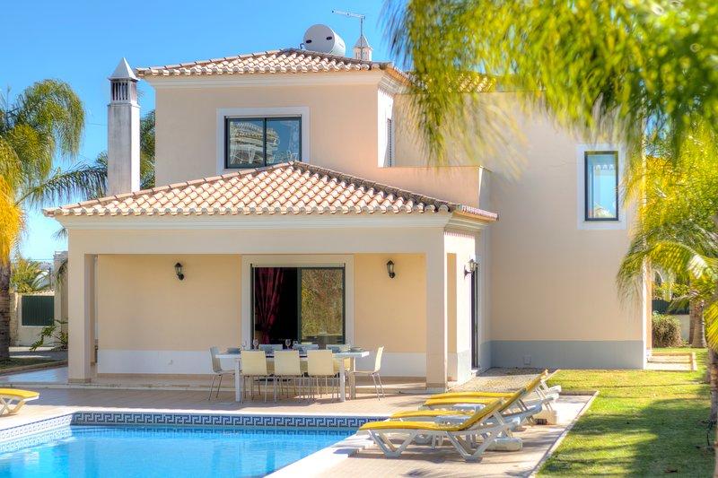 Serrão - great 4 bedroom villa w/private pool in carvoeiro,near the beach, holiday rental in Estombar