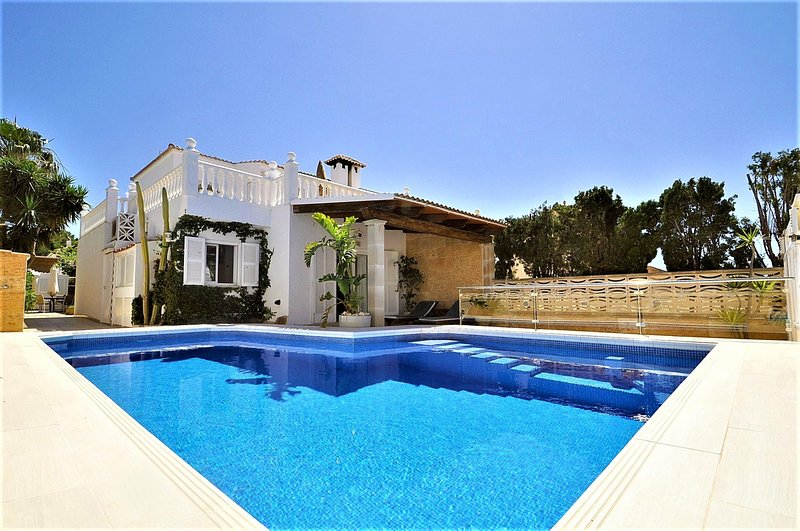 Villa LOS MORENOS in Bahía Grande residential area for 6 people with 3 bedrooms, holiday rental in Puig de Ros