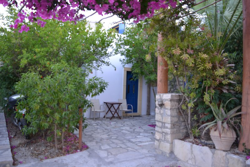 Anevolema apartment 1 - confortable and friendly hosted accommodation, holiday rental in Kamilari