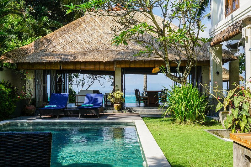 Anjani Villa - Stunning Beachfront Bali Escape, location de vacances à Candidasa