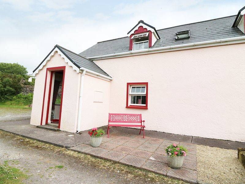 FUSCIA COTTAGE, solid fuel stove, en-suite facilities, open plan living area, Ferienwohnung in Ballinskelligs