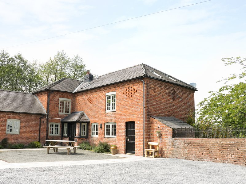 GARDEN COTTAGE, beautiful grounds, exposed brick and beams, woodburner in, vacation rental in Kerry