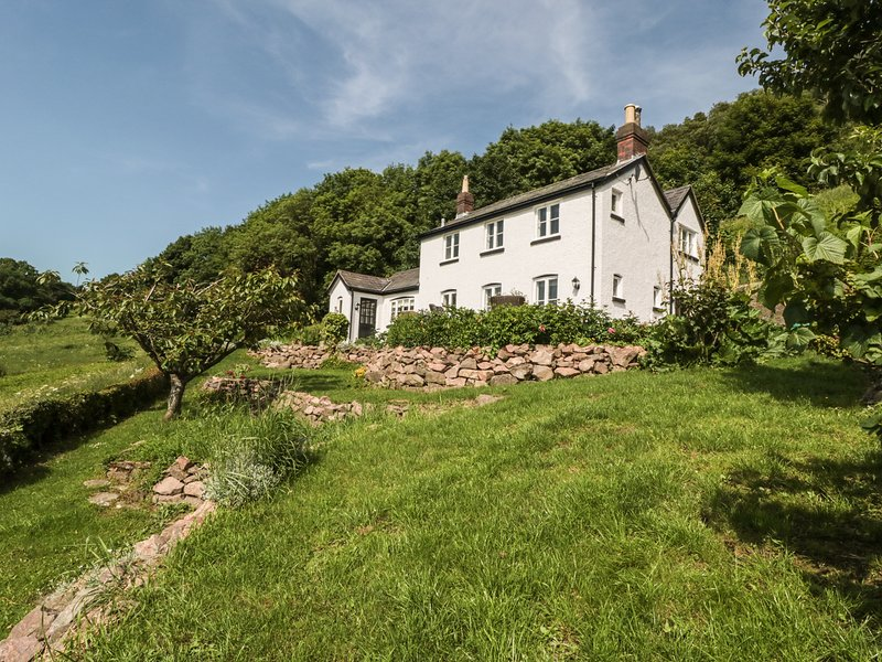 LILAC COTTAGE, spectacular rural views, Malvern Hills AONB, exposed stone, holiday rental in Cradley