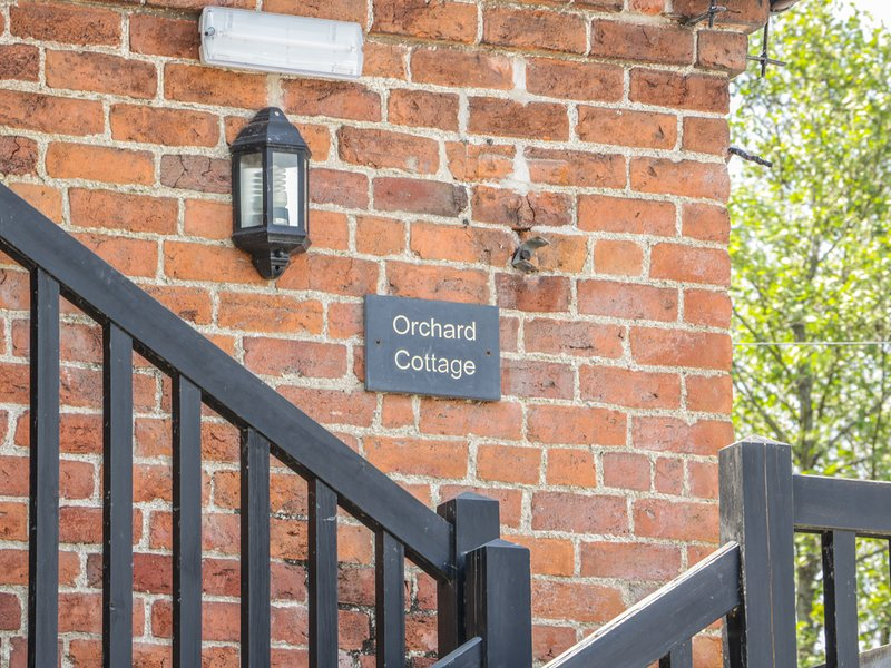 ORCHARD COTTAGE, barn conversion, countryside views, near Kerry, vacation rental in Kerry