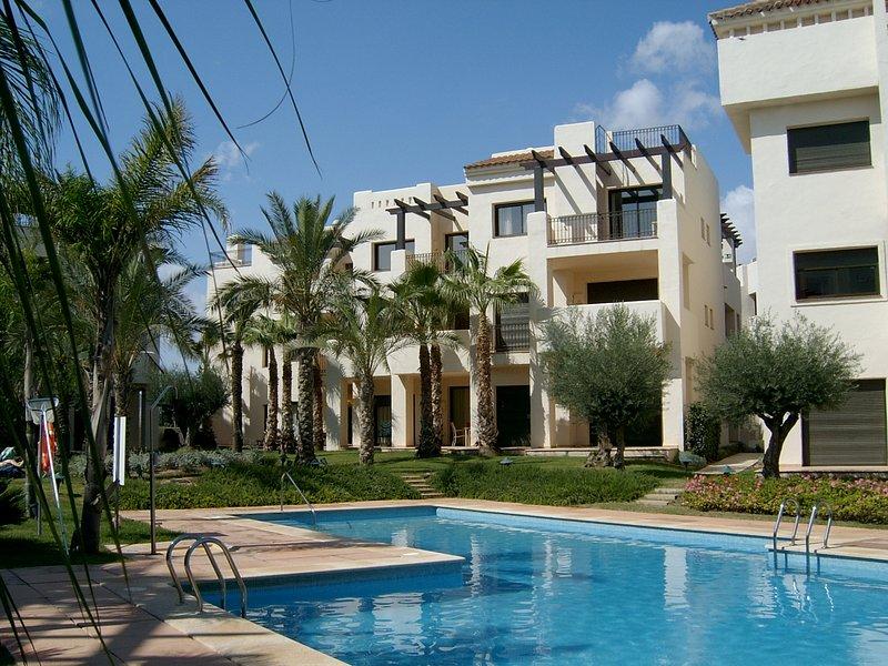 Nossa bela 2 quartos, 2 casas de banho, apartamento 1 º andar com vista para uma das piscinas fabulosas