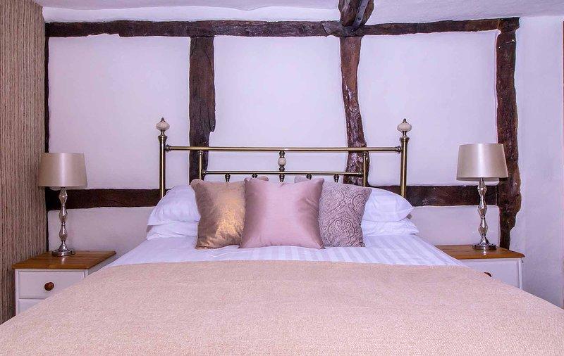 dormitorio principal con vigas de madera - Exclusivamente Warwickshire