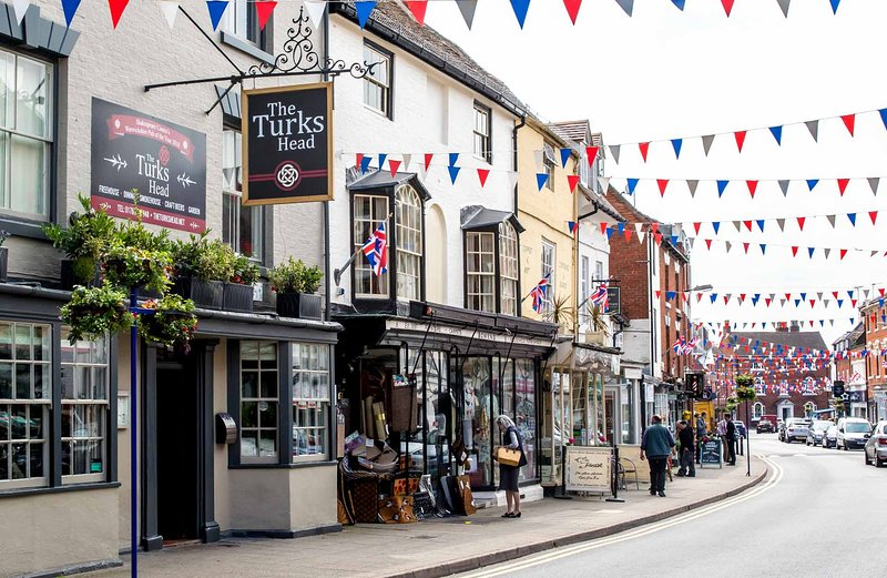 Spacious, 2 bed apartment in Historic Alcester near Stratford-upon-Avon Sleeps 4, holiday rental in Great Alne