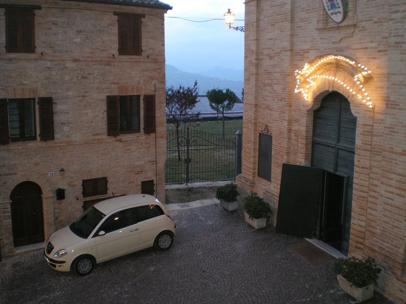 Authentic and spacious 3 storey townhouse in the historic centre of hilltop town, holiday rental in Montedinove