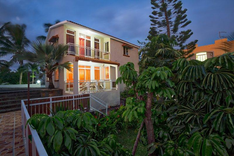 Hibiscus Villa 3 Chambres, location de vacances à Pointe aux Canonniers
