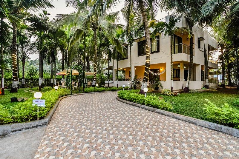 Palm Bliss by Palmeraie (AC- 4 Bedroom +Hall luxury villa), aluguéis de temporada em Raigad District