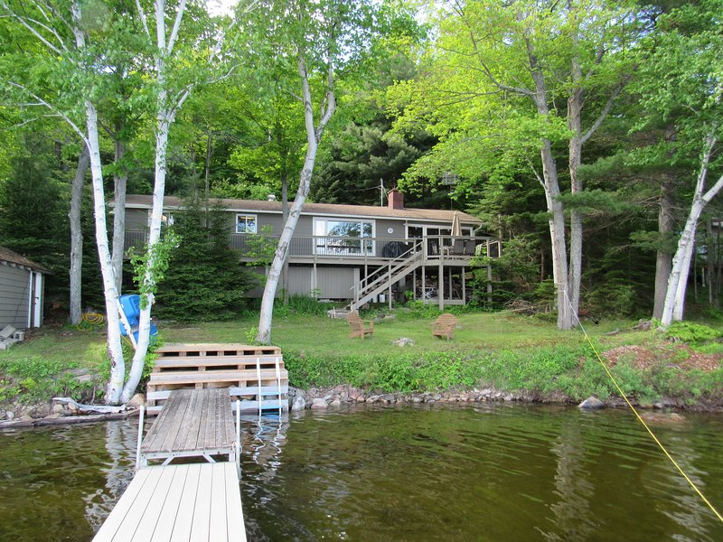 Drag Lake,  3 BR Lake Front cottage, Big Lake views,, alquiler de vacaciones en Highlands East
