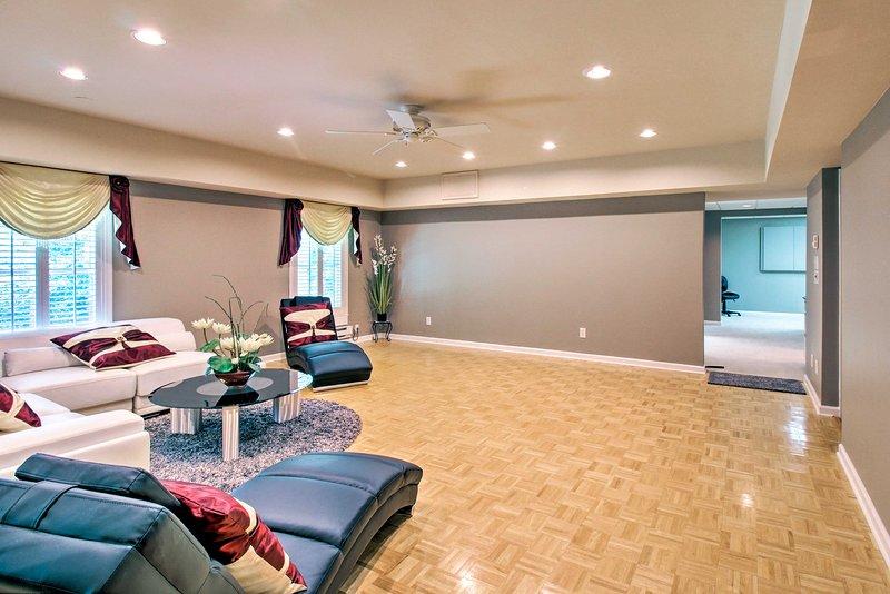 Toda la sala permanecerá fresco, gracias al ventilador de techo.