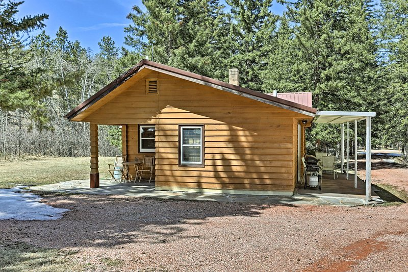 Slow down with a stay at this cozy vacation rental log cabin in Hill City.