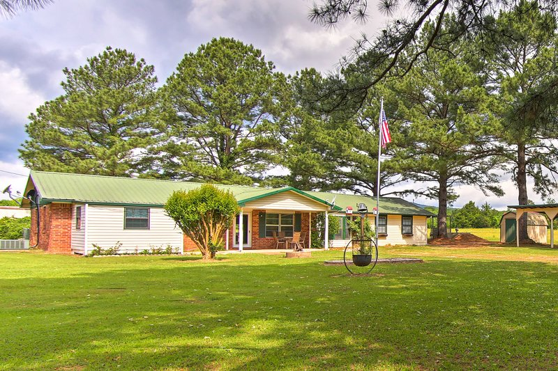 Quiet Clayton Home w/Mtn Views, 3Mi to Lake Sardis, aluguéis de temporada em Tuskahoma