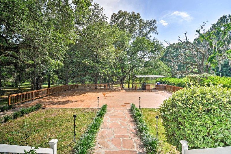 Questo locale 90 acri ospita vecchi, alberi maestosi, 2 stagni, un patio piscina e altro ancora.