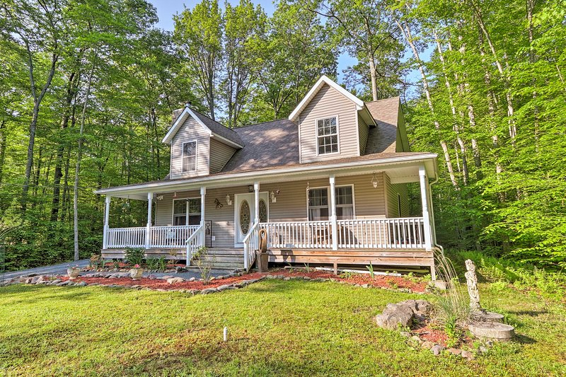 Secluded Pocono Lake House w/Large Deck & Fire Pit, holiday rental in Thornhurst