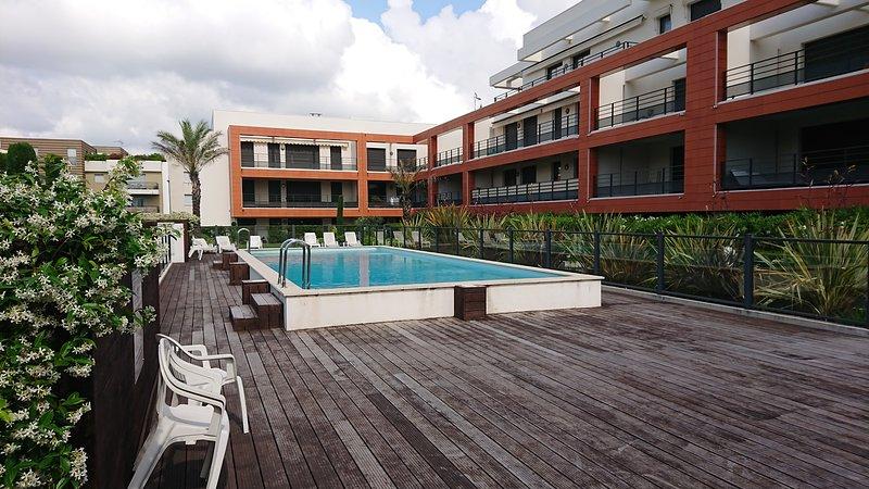 Villeneuve-Loubet Apartment 2BR on beach with shared pool, location de vacances à Villeneuve-Loubet