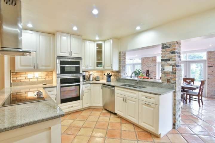 Grande cuisine personnalisée avec des appareils en acier inoxydable, des comptoirs en pierre solide en granit. Le chef de votre famille appréciera ce que cette cuisine a à offrir