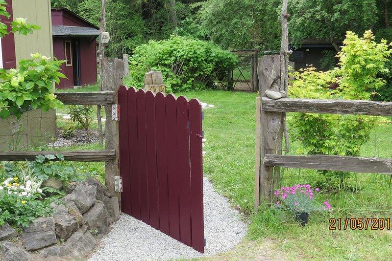 Su puerta, su patio, su propio lugar.