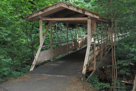 A pocos pasos de distancia, este puente arroyo-valle en el rastro del descubrimiento de los Juegos Olímpicos.