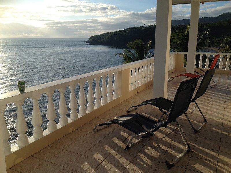 'S ochtends op het balkon buiten de yogahal