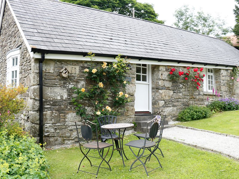 THE OLD STABLE, single-storey cottage on country estate, games room, close to, location de vacances à Camelford
