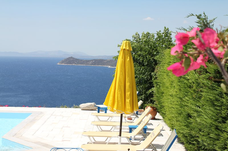 Luxury Athens villa,  swimming pool, by the sea, location de vacances à Sesi
