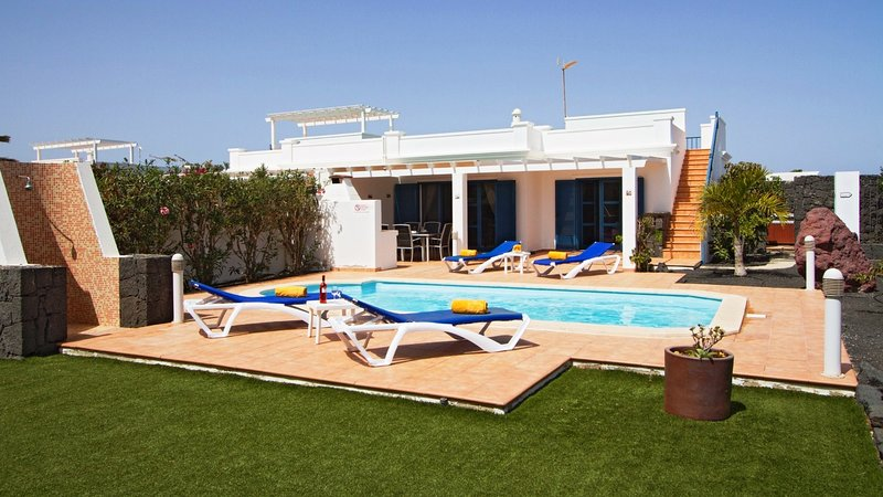 Villa Keira, modern holiday villa with pool, hot tub and private garden, holiday rental in Las Brenas