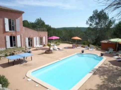 Spacious villa with swimming-pool, location de vacances à Taradeau