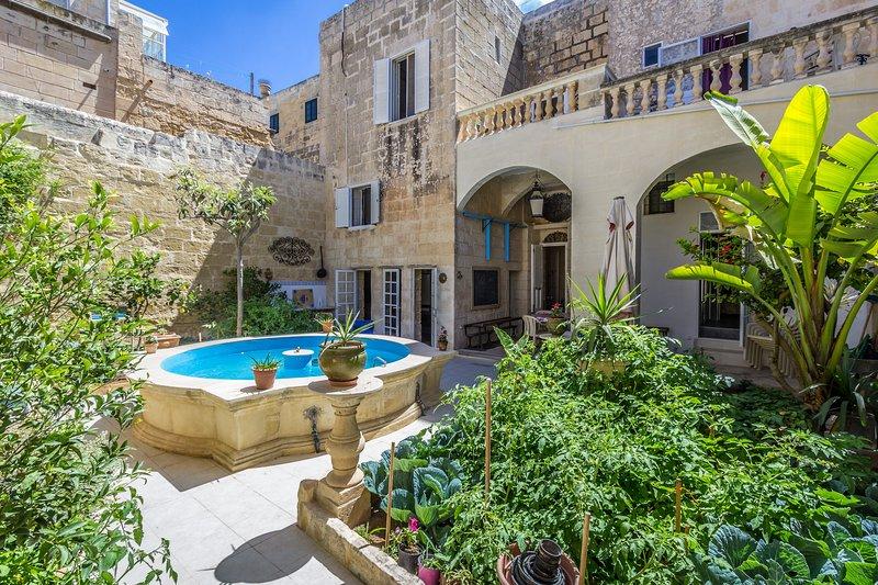 La cour intérieure du palais, avec notre hybride bassin d'eau froide / piscine et le jardin.