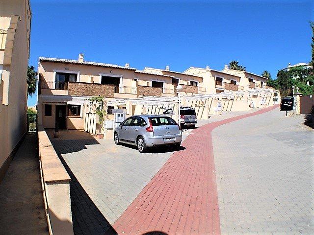 Sol de Azahar is een kleine, gated community met een beveiligde parkeerplaats. Het strand ligt op slechts 900 meter afstand.