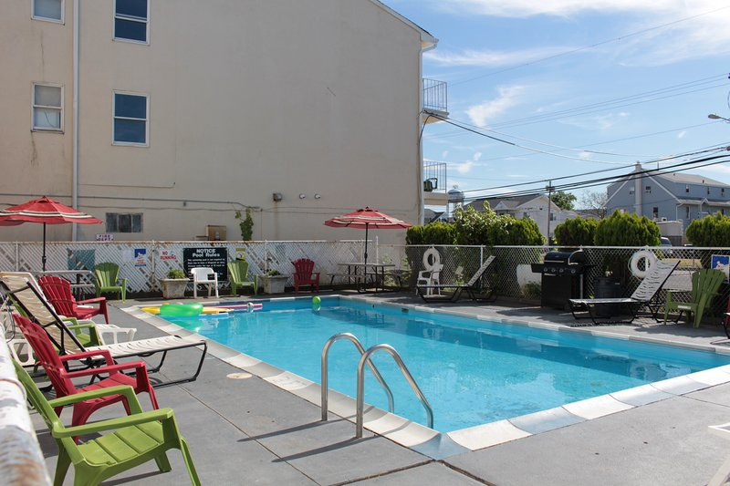 Seaside heights nj Prom beach house apt #6, with pool parking 16-18 people), location de vacances à Ortley Beach