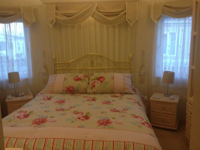 Haupt-Schlafzimmer mit Kingsize-Bett