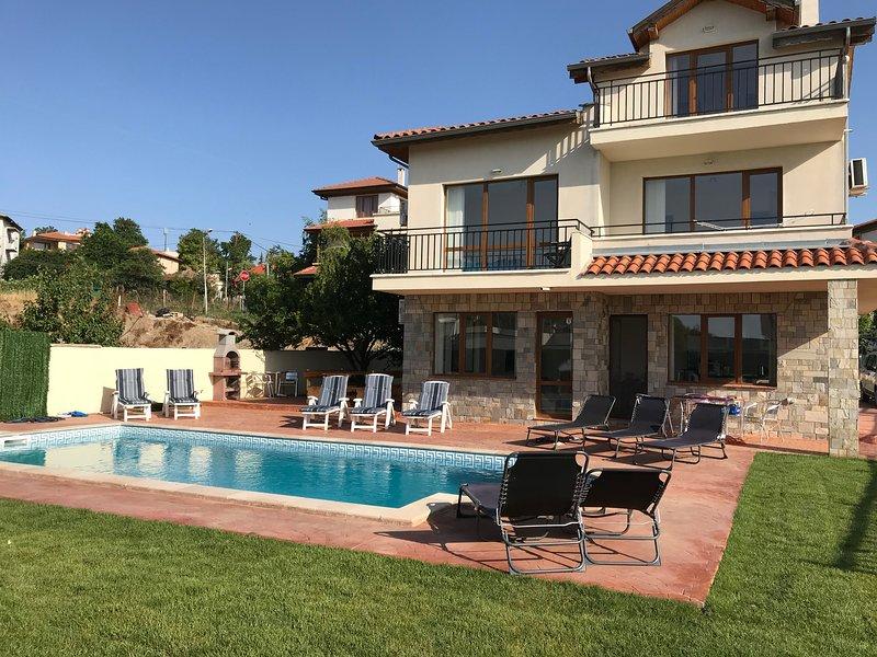 Vous pourrez vous détendre toute la journée dans la piscine ou sur le sud des terrasses ensoleillées.