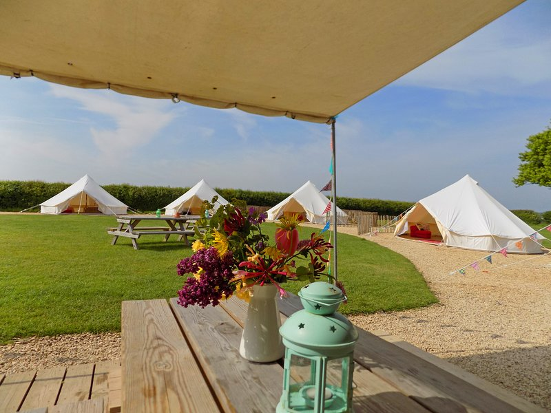 Belltent Group Glamping for 20 plus with activity Tent, Ferienwohnung in Butleigh