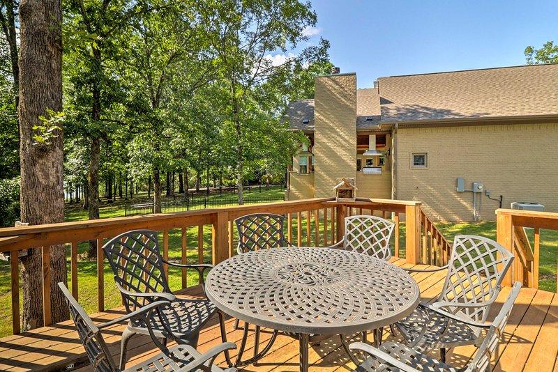 Live lakeside at this vacation rental cabin!