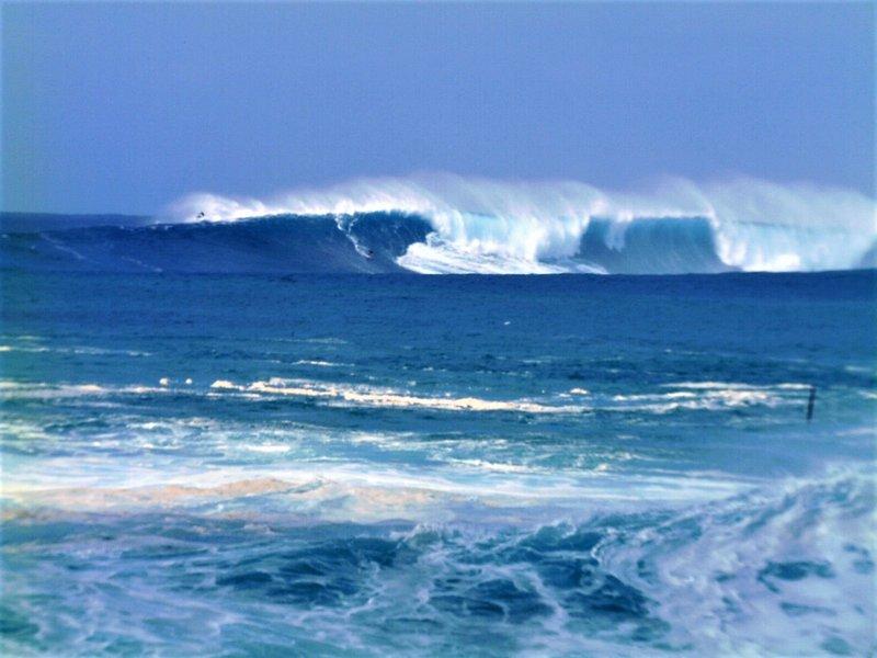 GIGANTE remolque de Clase Mundial en Surf visible desde la playa detrás de la casa!