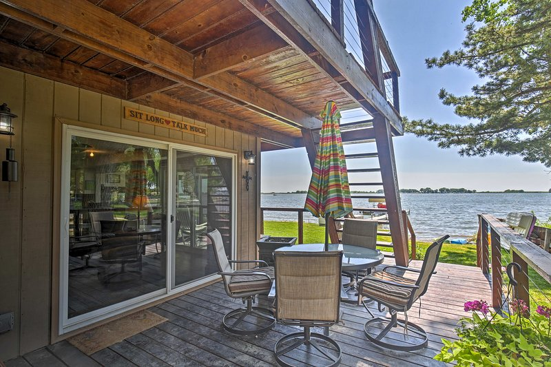 La vida del lago espera en esta línea de costa alquiler de vacaciones Johnston lago!